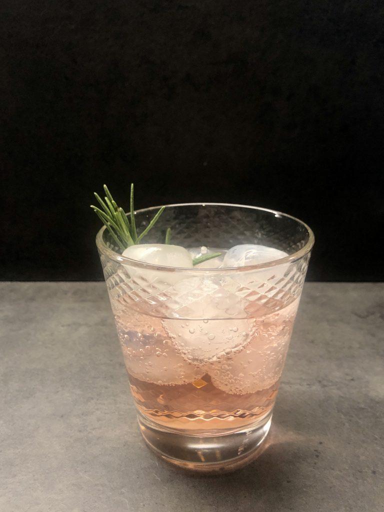 cocktail con erbe aromatiche